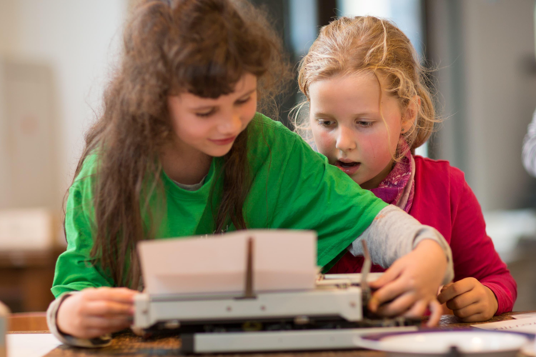 Portraitfotografie zweier Buchkinder in Leipzig