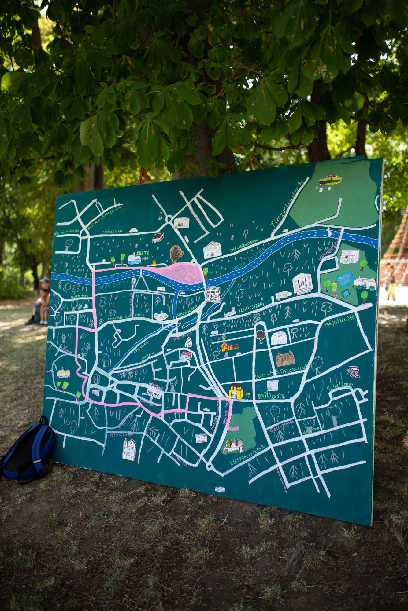 Eine tafel mit dem Ablaufplan der großen Parade durch die Innenstadt Zeitz.