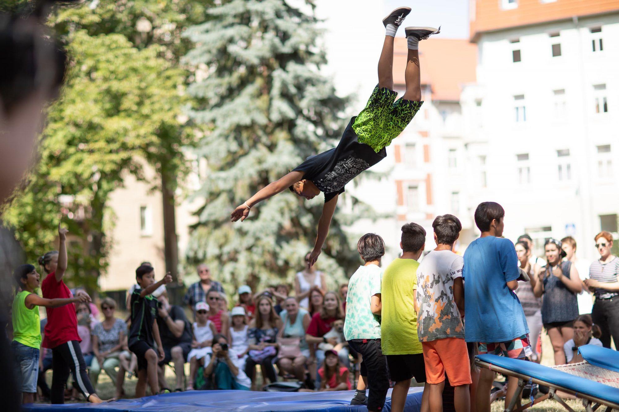 Der Zirkus Upsala während einer Aufführung im Goethe-Park Zeitz