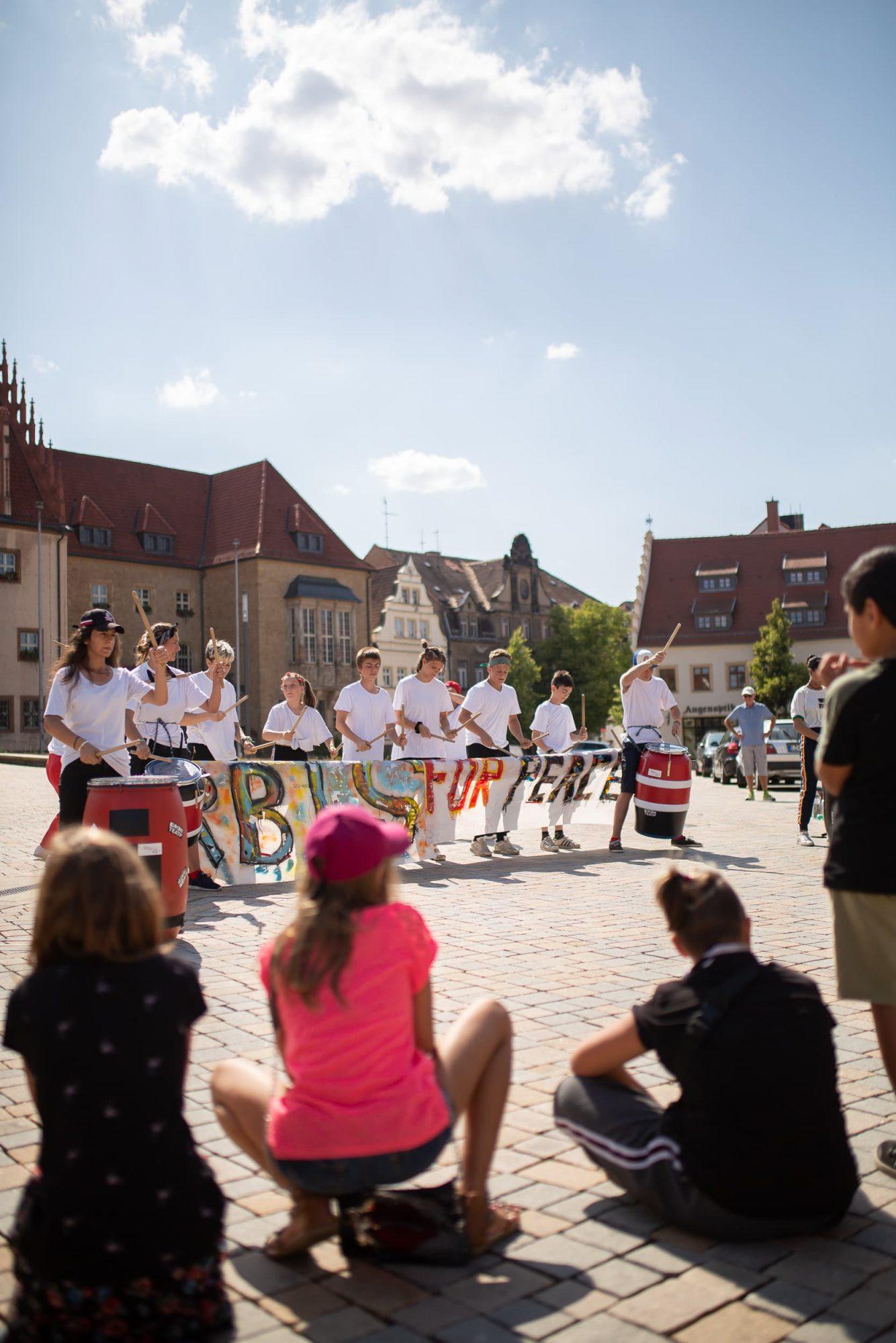 Besucher betrachten die Aufführung des Zirkus Upsala am Altmarkt in Zeitz.