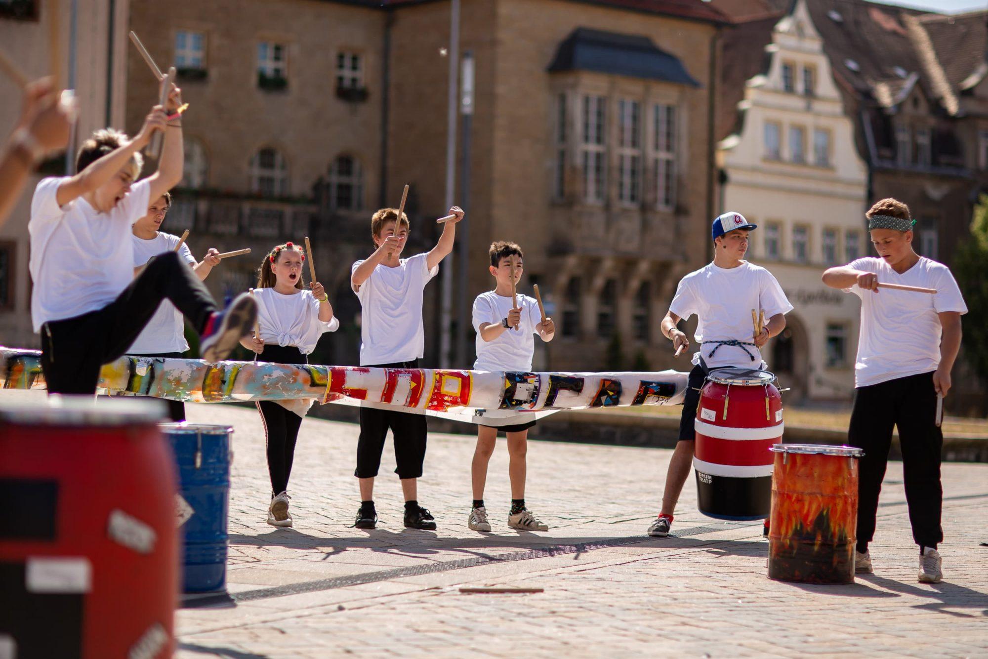 Kinder und Jugendliche während einer Aufführung des Zirkus Upsala.