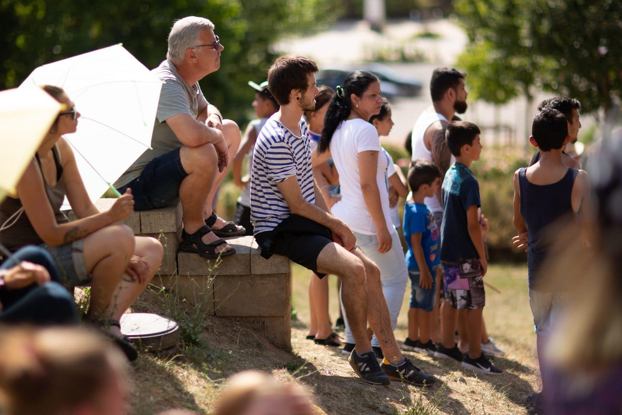 Aufmerksame Besucher in bei einer Vorstellung des Zirkus Upsala in Zeitz